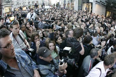A crowd of 1,000 Gathered at TopShop