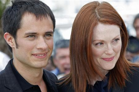 Gael Garcia Bernal and Julianne Moore